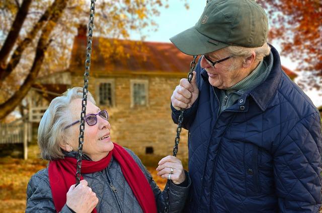 důchodci na houpačce