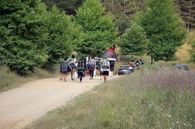 táborníci u lesa