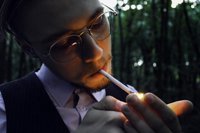 chlap a cigareta