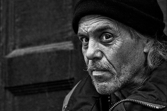 bezdomovec s čepicí.jpg