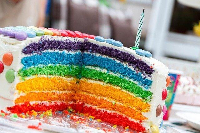 narozeninový dort s lentilkami