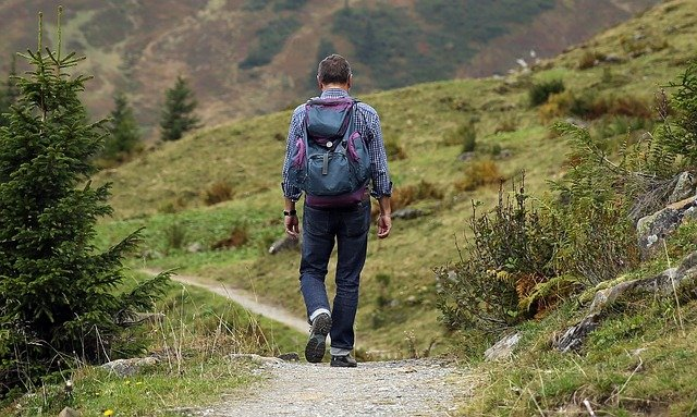 poutník v horách