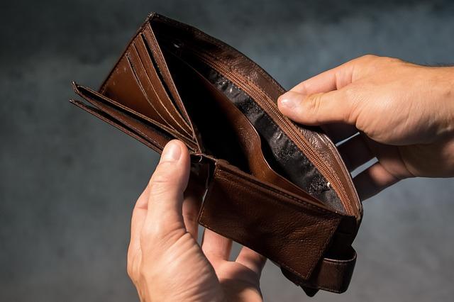 otevřená peněženka bez peněz