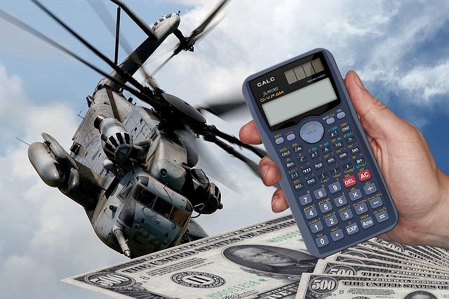 výdaje – kalkulačka, bankovky, vrtulník