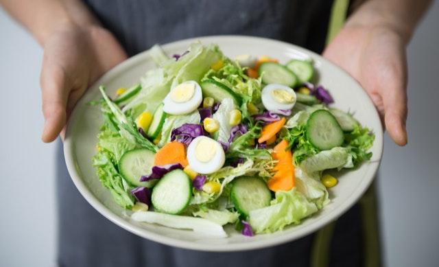 mísa zeleniny, vařená vejce