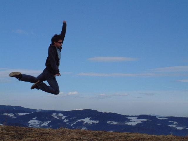 muž při výskoku