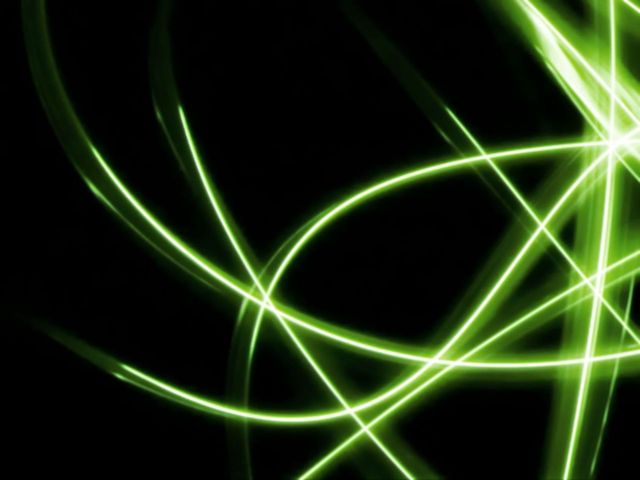 dráhy světla směřující na různá místa v temnotě